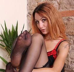 Ragazza dai capelli rossi in calze nylon