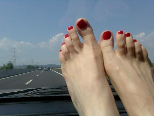La passione per piedi sexy con smalto rosso