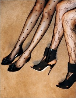 Due paia di piedi in calze sexy