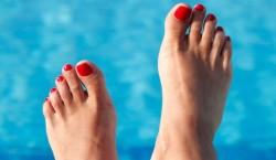 piedi sexy con smalto rosso