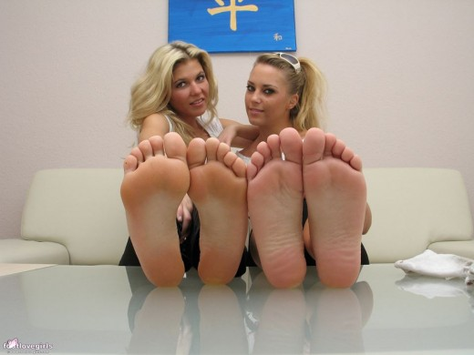 Due ragazze bellissime con piedi da leccare