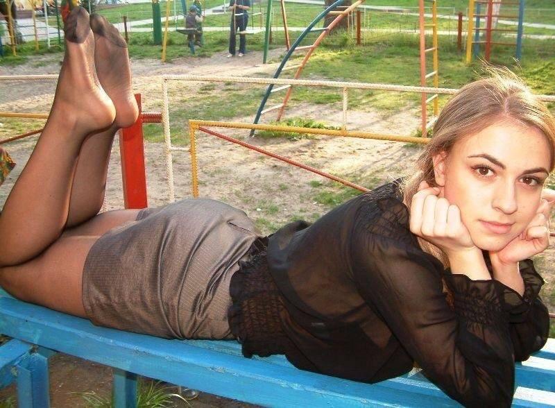 Ragazza in calze al parco comunale