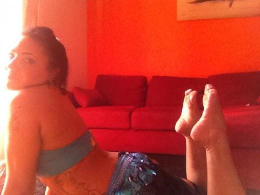 Foto amatoriale ragazza mostra pianta del piede