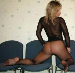 Ragazza in ginocchio nuda in calze nere