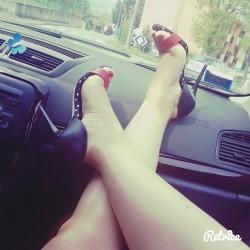 Ragazza mostra piedi in macchina